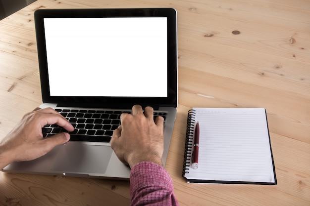 テーブル、ノートパソコンでラップトップで働く実業家の手を閉じます。ビジネスワーキングコンセプト。
