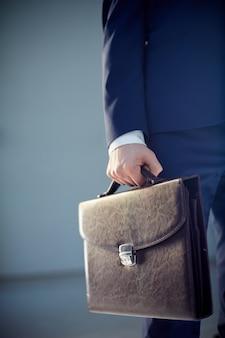 Крупным планом бизнесмена проведение портфель
