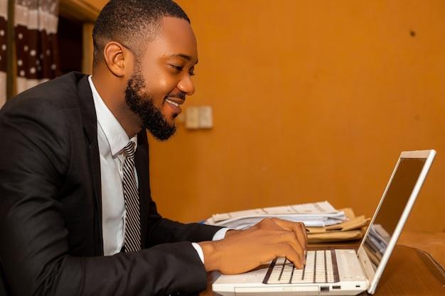 オフィスで入力するビジネスマンのクローズアップ