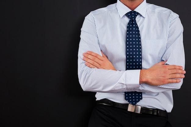 腕を組んでビジネスマンのクローズアップ