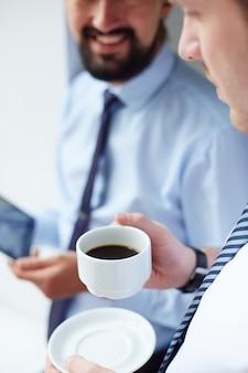 Крупным планом бизнесмен с чашкой кофе
