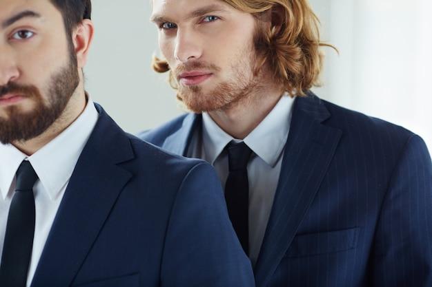 Крупным планом бизнесмен со своим коллегой