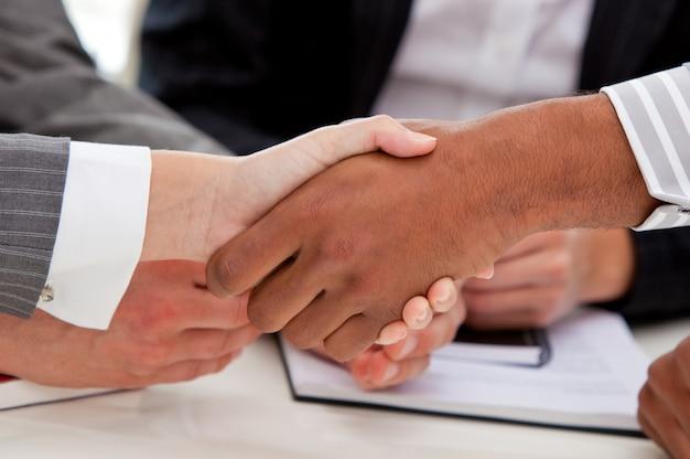 Крупный план бизнесменов, закрывающих сделку