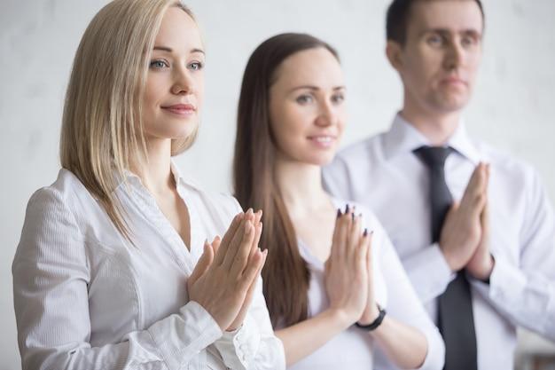 Крупным планом деловых людей, расслабляющий перед работой