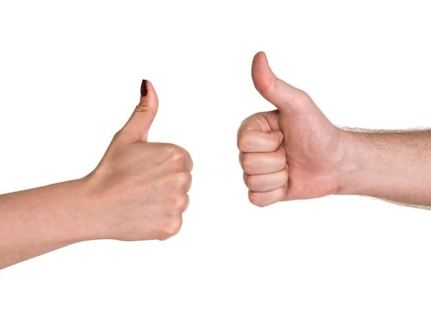 Крупным планом руки бизнесменов показывает палец вверх знак