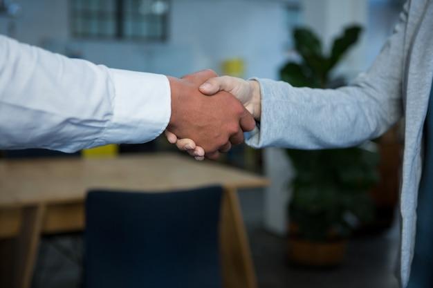 握手のビジネスマンのクローズアップ