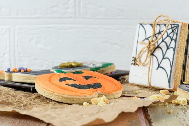 Крупный план масляного печенья на коричневой бумаге. на заднем плане белая стена.