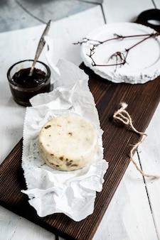 나무 보드에 caciotta 알 tartufo 치즈 닫습니다