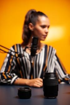 カメラレンズとvlogger録画ビデオのクローズアップ