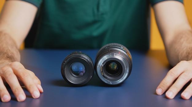 写真家がvlogを記録している間、カメラレンズのクローズアップ。カメラレンズテクノロジーデジタルレコーディングソーシャルメディアインフルエンサーコンテンツクリエーター、ポッドキャスト、vlog、ブログのプロのスタジオ