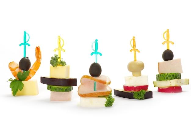 올리브, 치즈 및 흰색 위에 카나페의 클로즈업