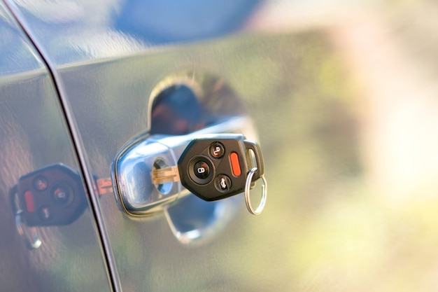 자물쇠에서 튀어나온 열쇠로 자동차 문을 닫습니다