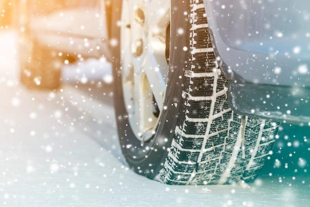 Крупный план автомобильных колес резиновых шин в глубоком зимнем снегу. концепция транспорта и безопасности.