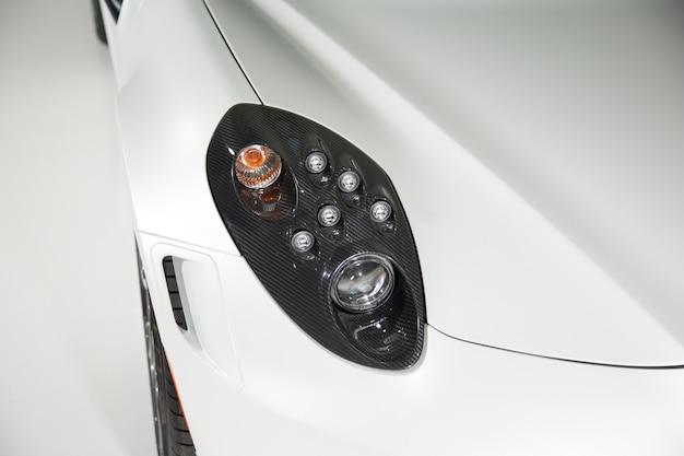 スポーツカーのカーボンファイバーヘッドライトのクローズアップ