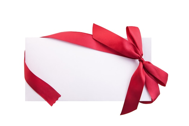 Закройте карточку с красной лентой, изолированной на белом фоне