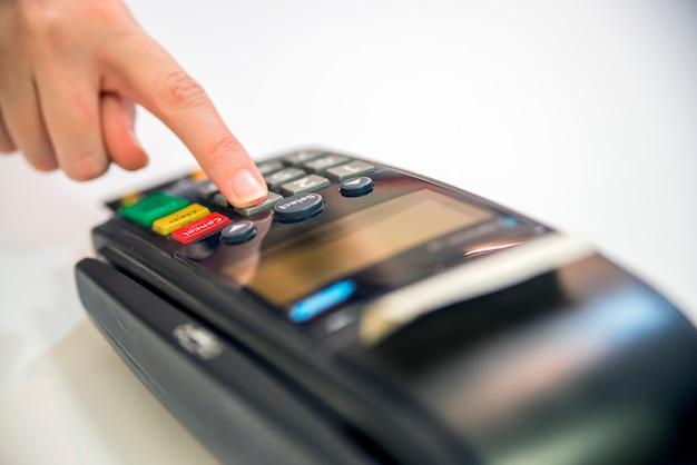 Pos 터미널 서비스 카드의 근접, 흰색 배경에 고립 신용 카드와 은행 터미널 여성 손