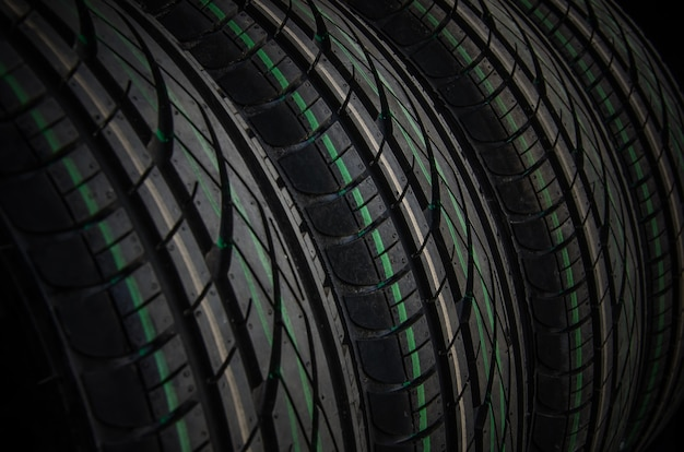 Закройте фон автомобильных шин. неиспользованные резиновые автомобильные шины для летнего сезона