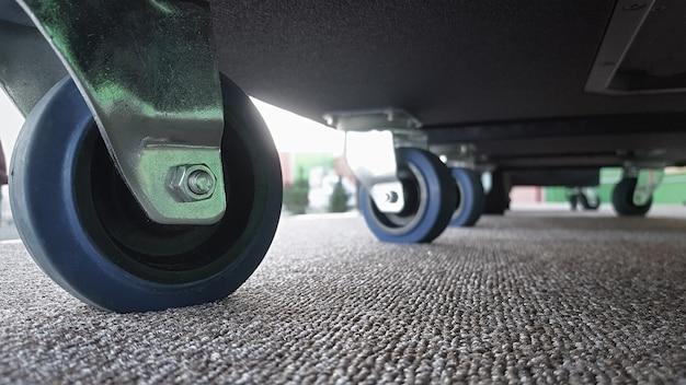 무거운 짐을 운반하는 카트 바퀴 또는 트롤리 바퀴의 클로즈업. 아래에서 보는 풍경.