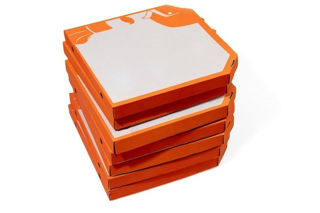 카피스페이스가 있는 흰색 스튜디오 배경에 격리된 피자용 오렌지 상자를 닫습니다. 빠르고 전통적인 음식과 영양, 배달 포장, 배송 상자, 운송.