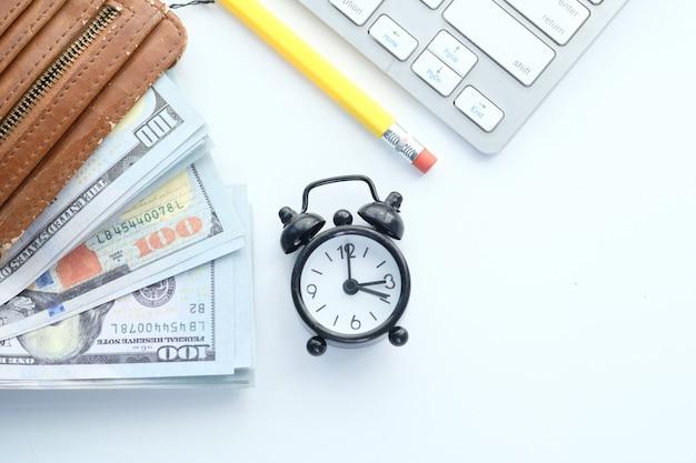 Закройте наличные деньги в бумажнике на столе.