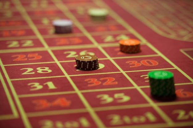 빨간 테이블에 카지노 칩의 클로즈업