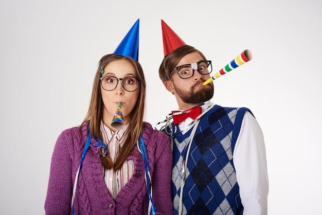 Крупным планом празднование пары изолированные