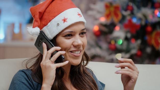 Крупным планом веселая женщина с помощью смартфона, чтобы позвонить семье