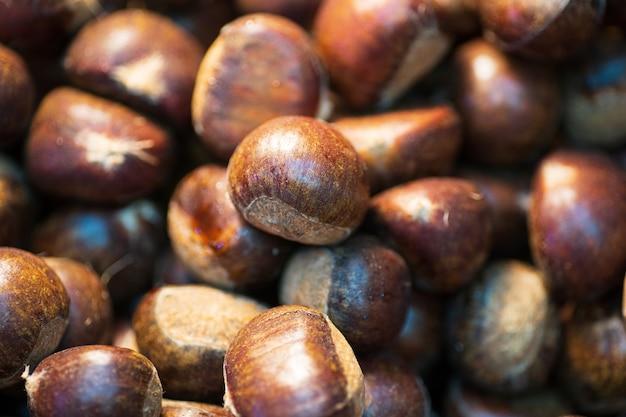 Закройте вверх плодоовощ каштана в лотке, тайском уличном продовольственном рынке