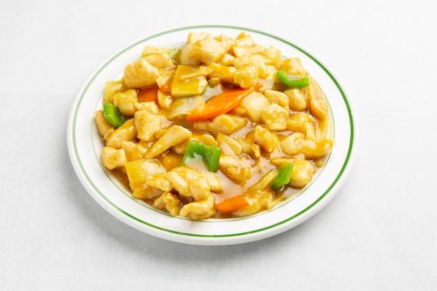 Курица в соусе карри в китайском стиле крупным планом