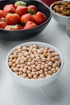 白いボウルにひよこ豆のクローズアップ