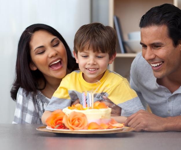 彼の両親と彼の誕生日を祝う子供のクローズアップ