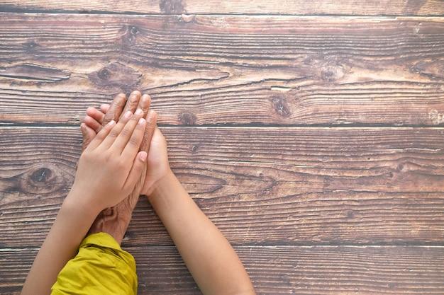 고위 여자의 손을 잡고 아이 손 클로즈업