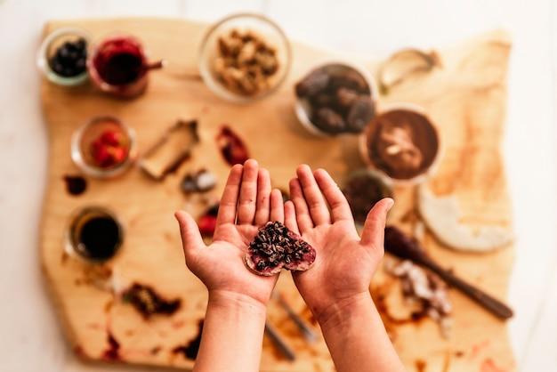 베이킹 쿠키를 준비하는 아이 손을 닫아라. 유아 요리사 개념입니다.
