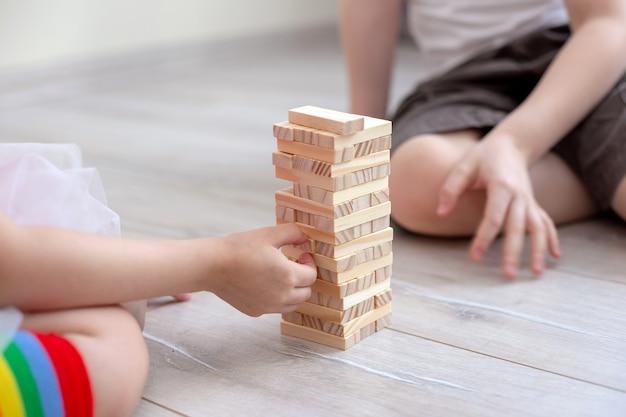 Крупным планом детей, играющих в jenga вместе