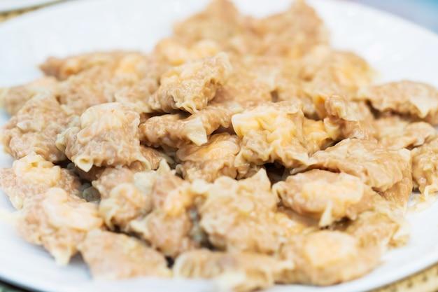豚肉、タイの屋台の食べ物の市場で中国の餃子のクローズアップ