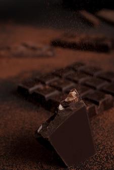 粉々に砕けたチョコレートバーのクローズアップ