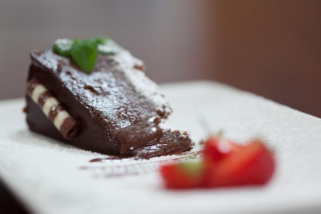 딸기와 초콜릿 케이크의 클로즈업