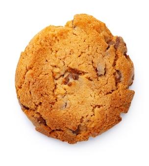 白で隔離のチョコレートチップクッキーのクローズアップ