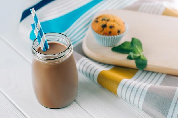 ガラス瓶のチョコレートミルクのクローズアップ