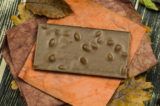 ヘーゼルナッツとチョコレートのクローズアップ。トップビューチョコレート。ヘーゼルナッツチョコレート