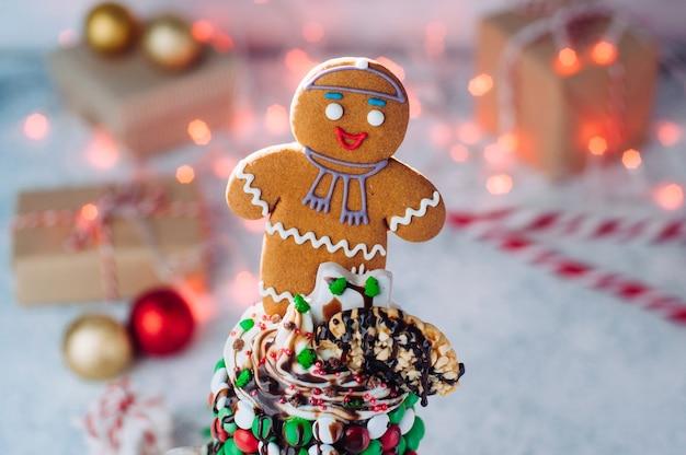 ジンジャーブレッドマンとトッピングのクリスマスフリークシェイクのクローズアップ