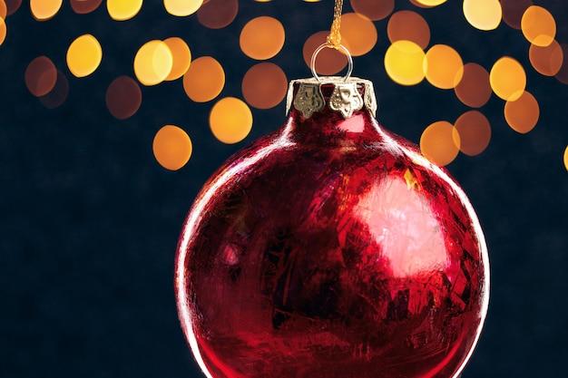 Крупный рождественский красный шар на синем фоне