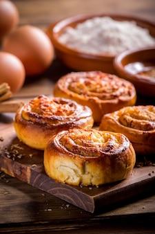 Крупным планом булочки с корицей с сыром, golfeados