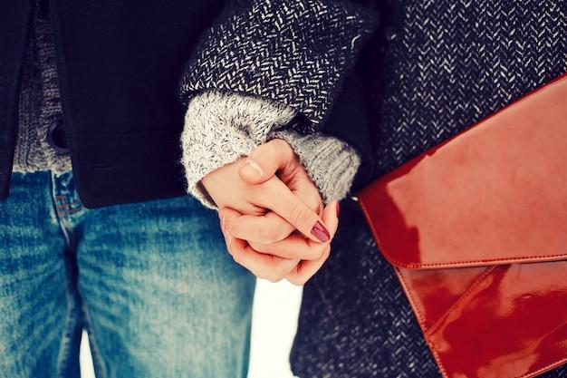 Крупным планом, сложив руки романтичной пары