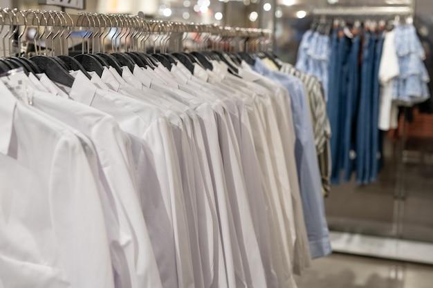 販売店のハンガーの服のクローズアップ