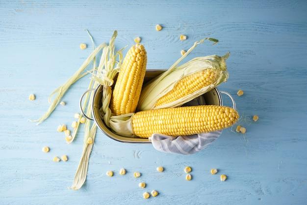 Крупный план початков спелой сырой кукурузы