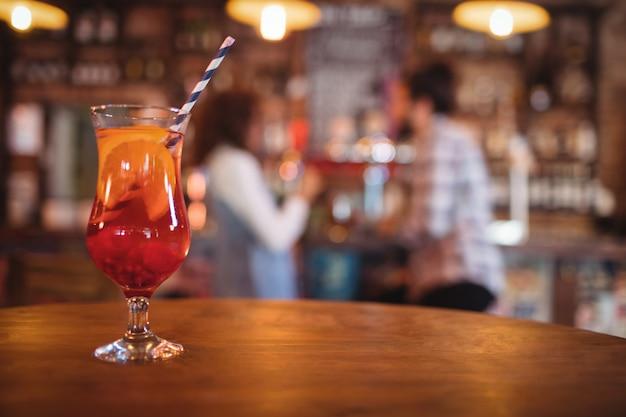 Крупный план коктейльного напитка на столе