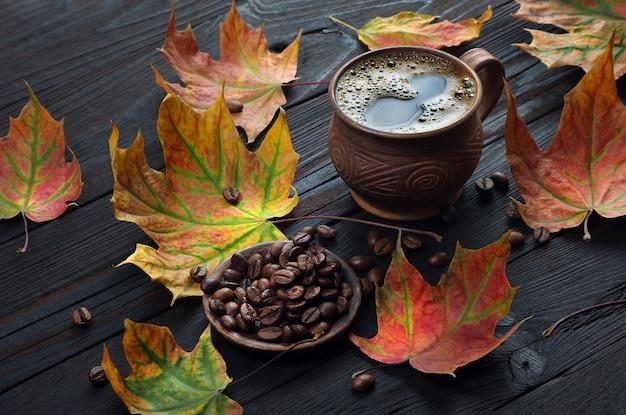 紅葉とコーヒー豆のクローズアップ