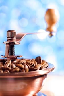 背景をぼかした写真のコーヒーグラインダーのクローズアップ