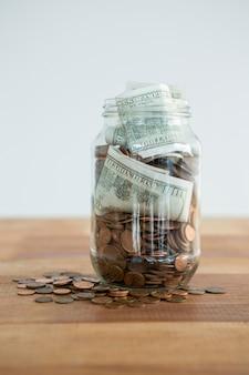 Крупный план монет и банкнот в банке